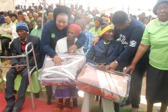 DSC_5252Fenny Gaolaolwe and Susan Shabangu giving old peoples blanket as they celebrate Mandela day