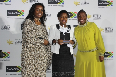 mec-desbo-mohono-with-the-mec-award-winner-during-the-lilizela-awards-tshegofatso-modibedi-and-sa-express-sales-manager-dorah-nkosi-during-the-lilizela-awards-in-sun-city